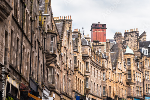 Obraz na plátne Trditional town houses with shops at the ground level in Edinburgh Old Town and
