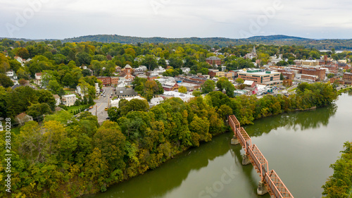 Fotografía Pedestrian Bridge over Catskill Creek Aerial View New York Town