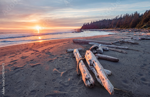Photo sur Aluminium Cote Beautiful sunset along the West Coast Trail of Vancouver Island, British Columbia, Canada.