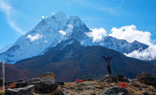 Photo  Active hiker hiking, enjoying Ama Dablam mountain view, looking at Himalaya mountains landscape