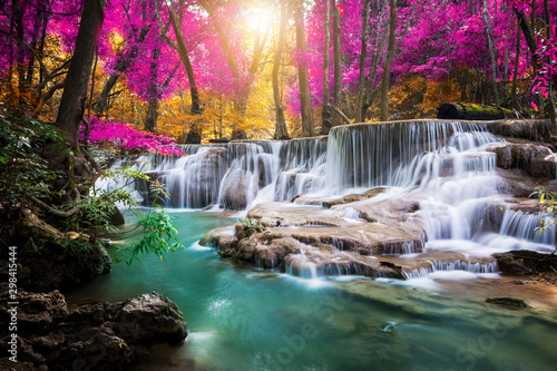 niesamowity-w-naturze-piekny-wodospad-w-kolorowym-lesie-jesienia-w-sezonie-jesiennym