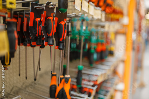Poster de jardin Echelle de hauteur Hardware store assortment, shelf with screwdrivers