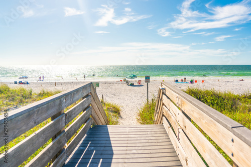 Photo Wooden Boardwalk to Indian rocks beach in Florida, USA
