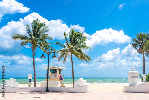 Valokuva Seafront with lifeguard hut in Fort Lauderdale Florida, USA