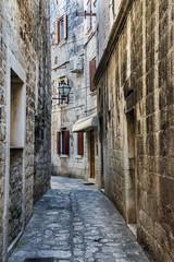 stare miasto Trogir w Chorwacji, wąska uliczka