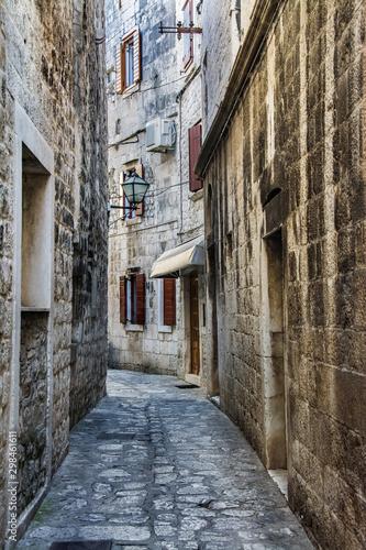 stare miasto Trogir w Chorwacji, wąska uliczka Wallpaper Mural