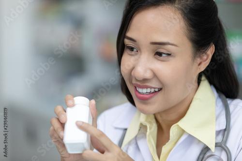 Photo  asian female pharmacist explain about how to use drug, she holding prescription