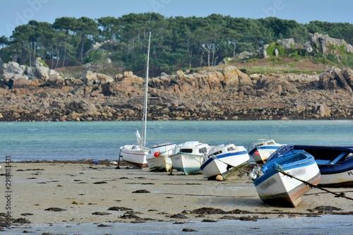 Bateaux échoués sur le sable à marée basse en Bretagne Canvas Print