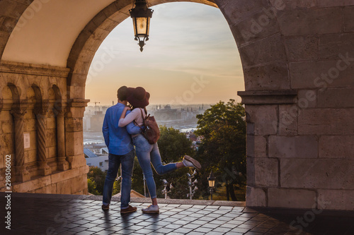 Fotografia  Young couple enjoy the view from the point from Fisherman Bastion in Budapest during sunrise