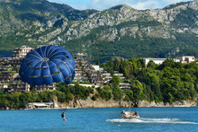 Parasailing, Góry I Plaża Nad Morzem Adriatyckim, Czarnogóra, Bałkany