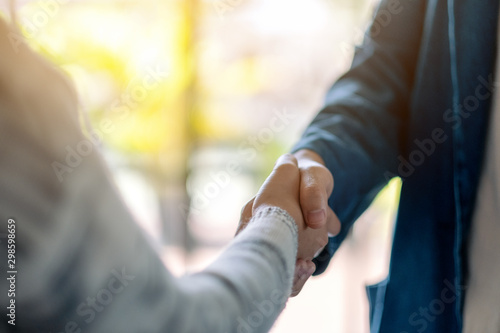 Fotomural Closeup image of two people shaking hands