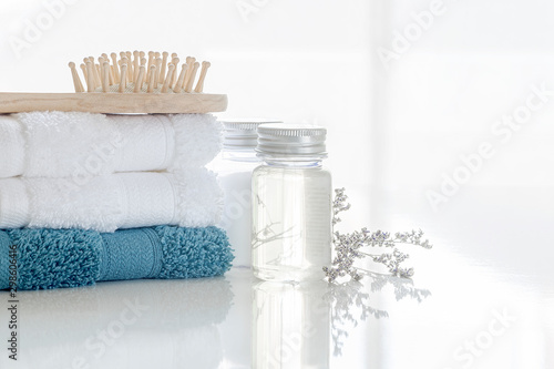 Cadres-photo bureau Spa Spa set with stack of clean towels, oil bottle, wooden comb and flower on white background. Copy space.