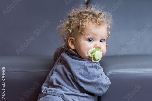 Vászonkép bébé fille avec tétine