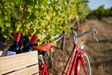 Vélo Rouge Dans Les Vignes En...