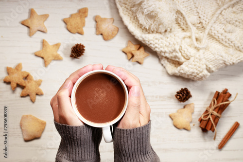 Montage in der Fensternische Schokolade Man's hands holding hot chocolate in white cup
