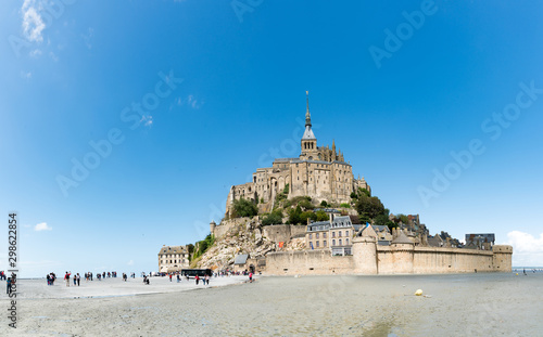Fotomural  tourists visiting the famous Mont Saint-Michel in Normandy in northern France