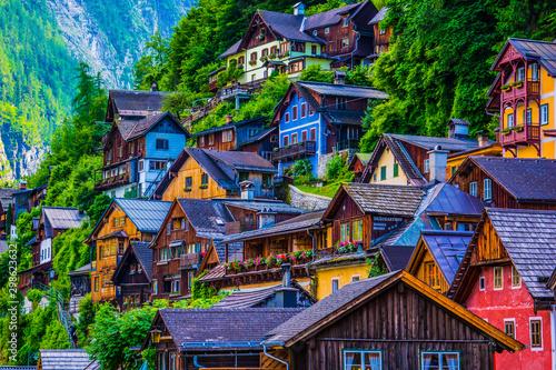 Fotografiet Coloridas casas de pequeño pueblo alpino en Austria
