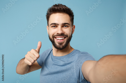 Photo Close up Young handsome man in casual clothes posing isolated on blue background studio portrait