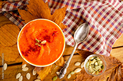Photo Appetizing orange pumpkin cream soup. Lunch for Halloween.