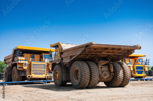 Fotomural  heavy yellow quarry dump truck at repair station at sunny cloudless day