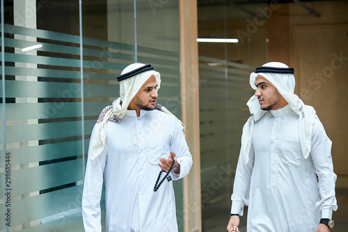 Obraz na plátně Business talking of two sheikhs going from office