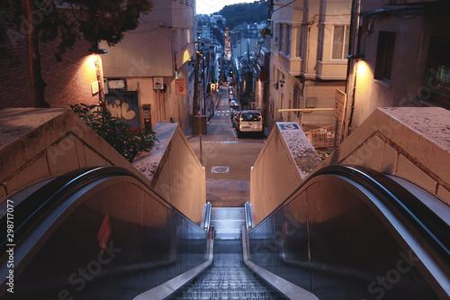 Escalera mecanica descendiente hacia la ciudad de Barcelona Canvas Print