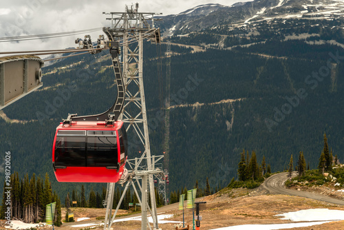 Photo red suspended gondola for skiers on a mountain cable car