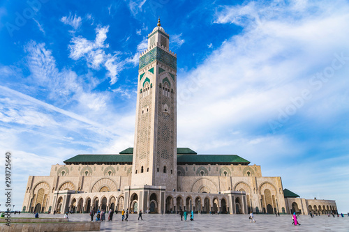 Fotografia  View of Hassan II mosque against blue sky - The Hassan II Mosque or Grande Mosquée Hassan II is a mosque in Casablanca, Morocco