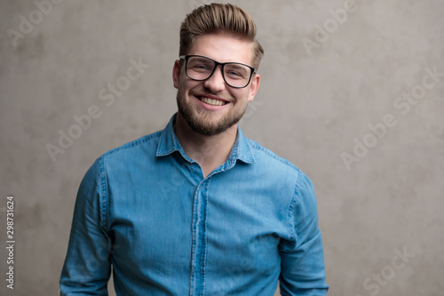 Pinturas sobre lienzo  Happy casual man laughing and looking forward