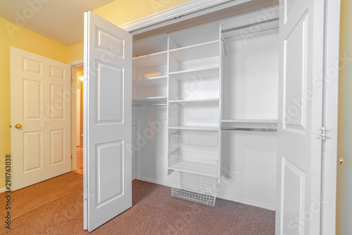 Foto Empty white built in closet or wardrobe interior
