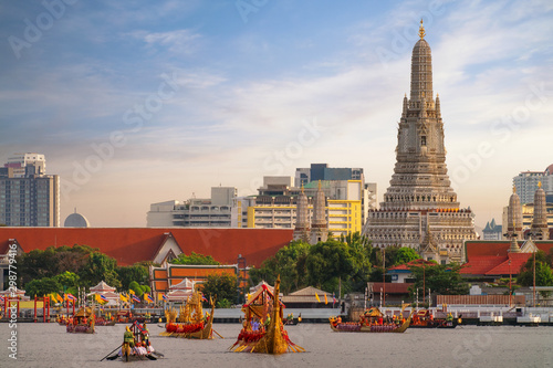 Photo Traitional royal thai boat in river in Bangkok city with Wat arun temple backgro