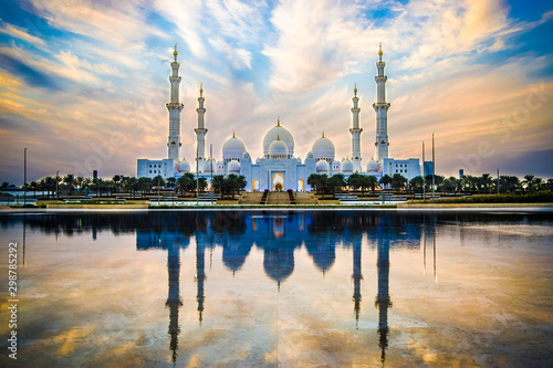 Obraz na plátně Sheikh Zayed Grand Mosque and Reflection in Fountain at Sunset - Abu Dhabi, Unit