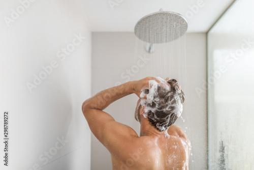 Papel de parede Man taking a shower washing hair under water falling from rain showerhead in luxury walk-in bath