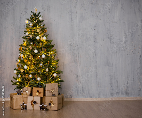 Autocollant pour porte Fleur christmas tree and heap of gifts - copy space over concrete wall