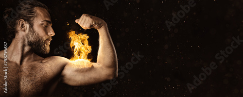 Photo Strong man with a biceps on fire - Panorama