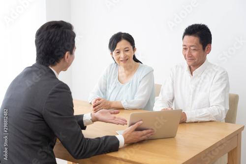 Photo シニア夫婦 保険 営業