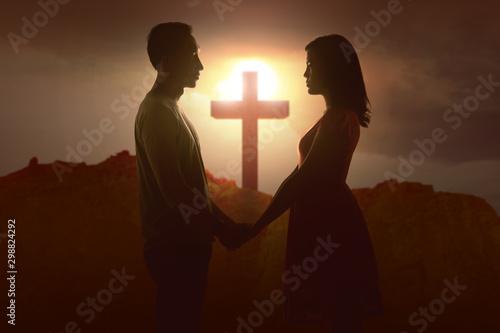 Fotomural  Asian couple holding hands with Christian cross