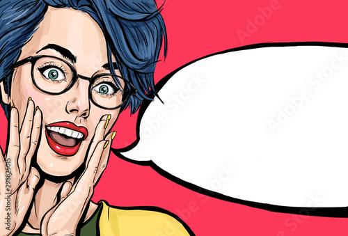 """Atrakcyjna młoda seksowna kobieta ogłasza, mówi sekret, krzyczy lub krzyczy. Plakat reklamowy komicznej damy z napisem """"Hej lub Wow"""""""