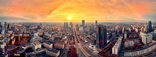 Piękny panoramiczny widok z drona z lotu ptaka na panoramę miasta nowoczesnego Warszawy, wieżowca biurowego Mennica Legacy Tower (140 m) i Warsaw Spire, Warszawa, Polska