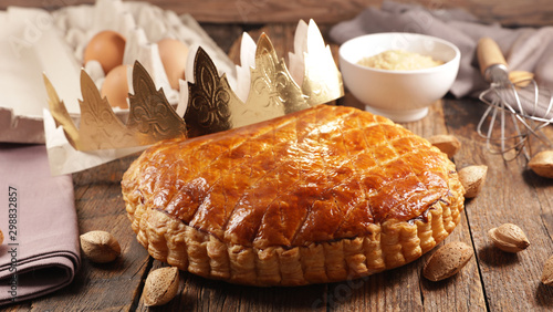 Foto galette des rois, epiphany cake with ingredient and crown