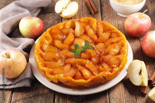 Valokuva tarte tatin, french apple pie on wood background