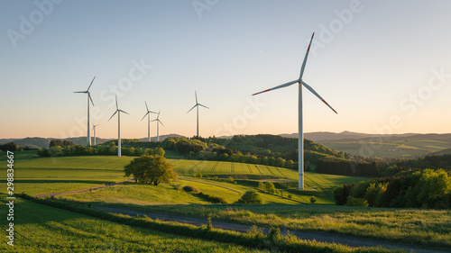 windkraftanlagen auf dem feld Fototapete