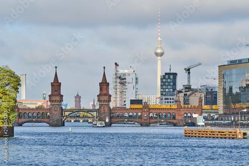 Die Berliner Oberbaumbrücke überspannt die Spree im Morgenlicht mit dem Rathaus, Wallpaper Mural