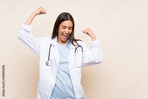 Fotografía  Young doctor woman over isolated background celebrating a victory