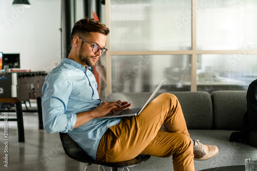 Photo Young man typing on laptop