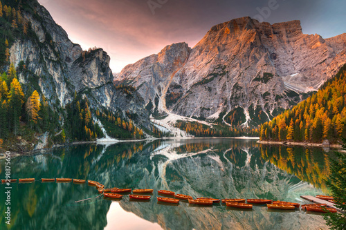 Lago di Braies lake and Seekofel peak at sunrise, Dolomites Fototapet