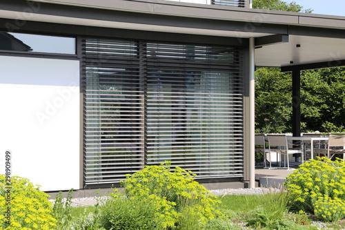 Fototapeta Fenster mit moderner Jalousie