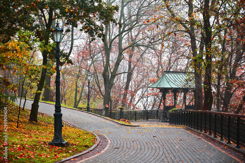 Photo Walking path in the morning foggy park. Autumn background.