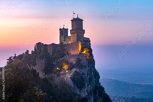 Spoed Foto op Canvas Aubergine Guaita fortress or Prima Torre on the ridge of Mount Titano, in the city of San Marino of the Republic of San Marino at sunset