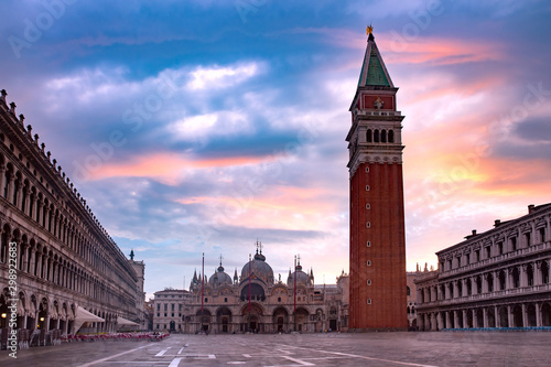 Cuadros en Lienzo Cathedral Basilica and Campanile of Saint Mark viewed from Piazza San Marco at sunrise, Venice, Italy